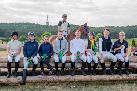 Grund zum Strahlen: Die Sieger und Platzierten mit Peter Thomsen (Foto-Bernard Wroński)